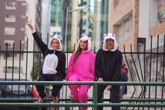 Zamyka up szczęśliwa grupa czeka jawnego transport i jest ubranym różnych kostiumy przyjaciele, jeden kobieta Zdjęcie Royalty Free