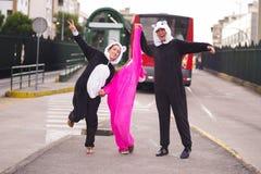Zamyka up szczęśliwa grupa przyjaciele jest ubranym różnych kostiumy, jeden kobieta jest ubranym różowego jednorożec kostium, inn Zdjęcie Royalty Free