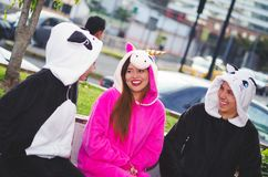 Zamyka up szczęśliwa grupa przyjaciele ma zabawy rozmowę i jest ubranym różnych kostiumy, jeden kobieta jest ubranym menchię Obrazy Royalty Free