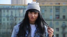 Zamyka up szczęśliwa młoda latynosa Latina kobieta patrzeje kamera, robić śmiesznym twarzom zbiory wideo