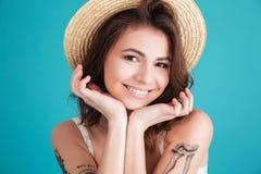 Zamyka up szczęśliwa uśmiechnięta kobieta w słomianym kapeluszu obraz royalty free