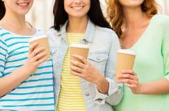 Zamyka up szczęśliwe młode kobiety pije kawę Obrazy Stock