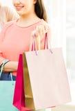 Zamyka up szczęśliwe nastoletnie dziewczyny z torba na zakupy Zdjęcie Stock