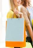 Zamyka up szczęśliwe nastoletnie dziewczyny z torba na zakupy Zdjęcia Royalty Free
