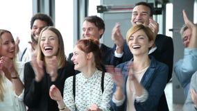 Zamyka up szczęśliwi ludzie biznesu, śmiać się i klaskać, zbiory