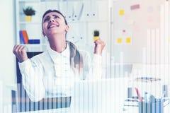 Zamyka up szczęśliwy bizneswoman, prętowe mapy Zdjęcia Stock