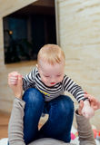Zamyka up szczęśliwy dziecko z figlarnie rodzicem zdjęcie stock
