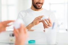 Zamyka up szczęśliwy młody człowiek z śmietanką przy łazienką obrazy stock