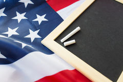 Zamyka up szkolny blackboard na flaga amerykańskiej zdjęcia royalty free