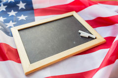 Zamyka up szkolny blackboard na flaga amerykańskiej zdjęcie stock
