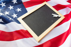 Zamyka up szkolny blackboard na flaga amerykańskiej zdjęcia stock