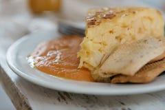 Zamyka up talerz hiszpański omelette z salmorejo, typowy zdjęcie royalty free