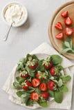 Zamyka up talerz z świeżą mennicą i soczystymi truskawkami Fotografia Stock