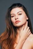 Zamyka up twarzy piękna dziewczyna z piękno skórą na popielatym tle Kosmetyki lub zdrój, healtcare pojęcie Fotografia Royalty Free
