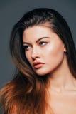 Zamyka up twarzy piękna dziewczyna z piękno skórą na popielatym tle Kosmetyki lub zdrój, healtcare pojęcie Obrazy Royalty Free