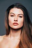 Zamyka up twarzy piękna dziewczyny skóra na popielatym tle Kosmetyki lub zdrój, healtcare pojęcie Zdjęcie Royalty Free