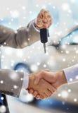Zamyka up uścisk dłoni w auto przedstawieniu lub salonie fotografia royalty free