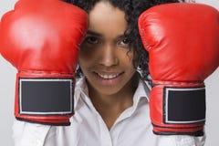 Zamyka up uśmiechnięta amerykanin afrykańskiego pochodzenia dziewczyna z czerwonymi bokserskimi rękawiczkami Zdjęcia Royalty Free