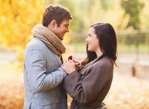 Zamyka up uśmiechnięta para z prezenta pudełkiem w parku Zdjęcie Royalty Free
