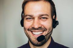 Zamyka up uśmiechniętego centrum telefonicznego faktorski pomaga kostiumer Obraz Royalty Free