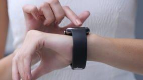 Zamyka Up, Używać Smartwatch Piękną dziewczyną obraz royalty free