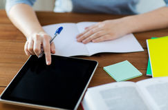 Zamyka up uczeń z pastylka notatnikiem i komputerem osobistym Obrazy Royalty Free