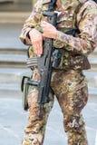 Zamyka up Włoski żołnierz w mieście z karabinem automatycznym, przeciwawaryjny stanu pojęcie Obraz Stock