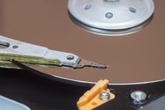 Zamyka up wśrodku komputerowego dyska twardego HDD obrazy stock