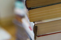 Zamyka up wiązka papierowe książki, powieści Pojęcie edukacja Obrazy Stock