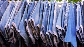 Zamyka up wiele niebiescy dżinsy wiesza na poręczu zdjęcie wideo