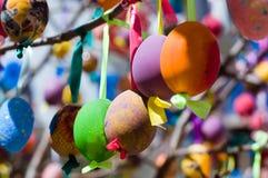 Zamyka up Wielkanocni jajka na drzewie Zdjęcia Royalty Free
