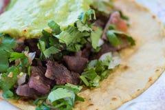 Zamyka up wołowiny i wieprzowiny ulicy tacos Zdjęcie Royalty Free