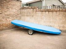 Zamyka up wodniactwo naczynie parkujący na ziemi z błękit pokrywą Fotografia Stock