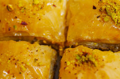 Zamyka up wyśmienicie tradycyjny turecki karmowy baklava z pistacją na białym talerzu Fotografia Royalty Free
