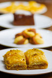 Zamyka up wyśmienicie tradycyjny turecki karmowy baklava z pistacją na białym talerzu w zamazanym tle Fotografia Royalty Free