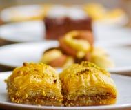 Zamyka up wyśmienicie tradycyjny turecki karmowy baklava z pistacją na białym talerzu w zamazanym tle Zdjęcie Royalty Free