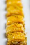 Zamyka up wyśmienicie tradycyjny turecki karmowy baklava z pistacją na białym talerzu z rzędu Fotografia Stock