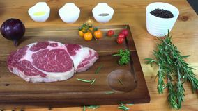 Zamyka up wyśmienity szef kuchni lub gotuje przyprawowego świeżego kawał delikatesy kawałek wołowina z morze solą i gruntującymi  zdjęcie wideo