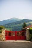 Zamyka up zamknięty czerwony drewniany wrotny ganeczek w baskijskim kraju, France Obrazy Royalty Free