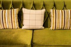 Zamyka up zielona aksamitna kanapa i poduszki Zdjęcie Stock