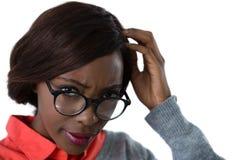 Zamyka up zmieszana młoda kobieta jest ubranym eyeglasses Obrazy Stock