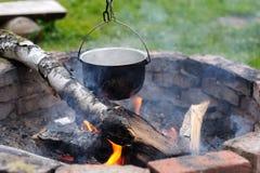 Zamyka up zupny kucharstwo nad ogniskiem Podróż Zdjęcie Royalty Free
