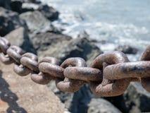 Zamyka wędkującego widok gęsty ośniedziały łańcuch używać jako bariera th obrazy stock