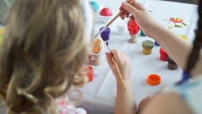 Zamyka w górę barwić Easter jajko zbiory wideo