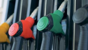 Zamyka w górę benzynowych nozzles multicoloured rękojeści Benzyna, gaz, paliwo, ponaftowy pojęcie zbiory wideo