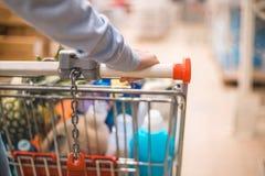 Zamyka w górę kobieta zakupy przy supermarketem zdjęcia stock