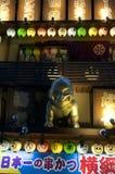 Zamyka w górę obrazka złota Billiken statua i billboardy Japońska restauracja w Osaka zdjęcia royalty free