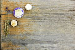 Zamyka w górę, odgórny strzał asortowani organicznie, handmade, botaniczni kwiatu kształta mydła z lawendą, na nieociosanym drewn fotografia royalty free