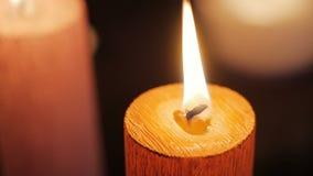 Zamyka w górę płonącego świeczka płomienia zbiory