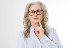 Zamyka w górę Starszej biznesowej kobiety z eleganckimi szkłami i zmarszczenie twarzą odizolowywającą na białym tle Dojrzała zdro obrazy stock